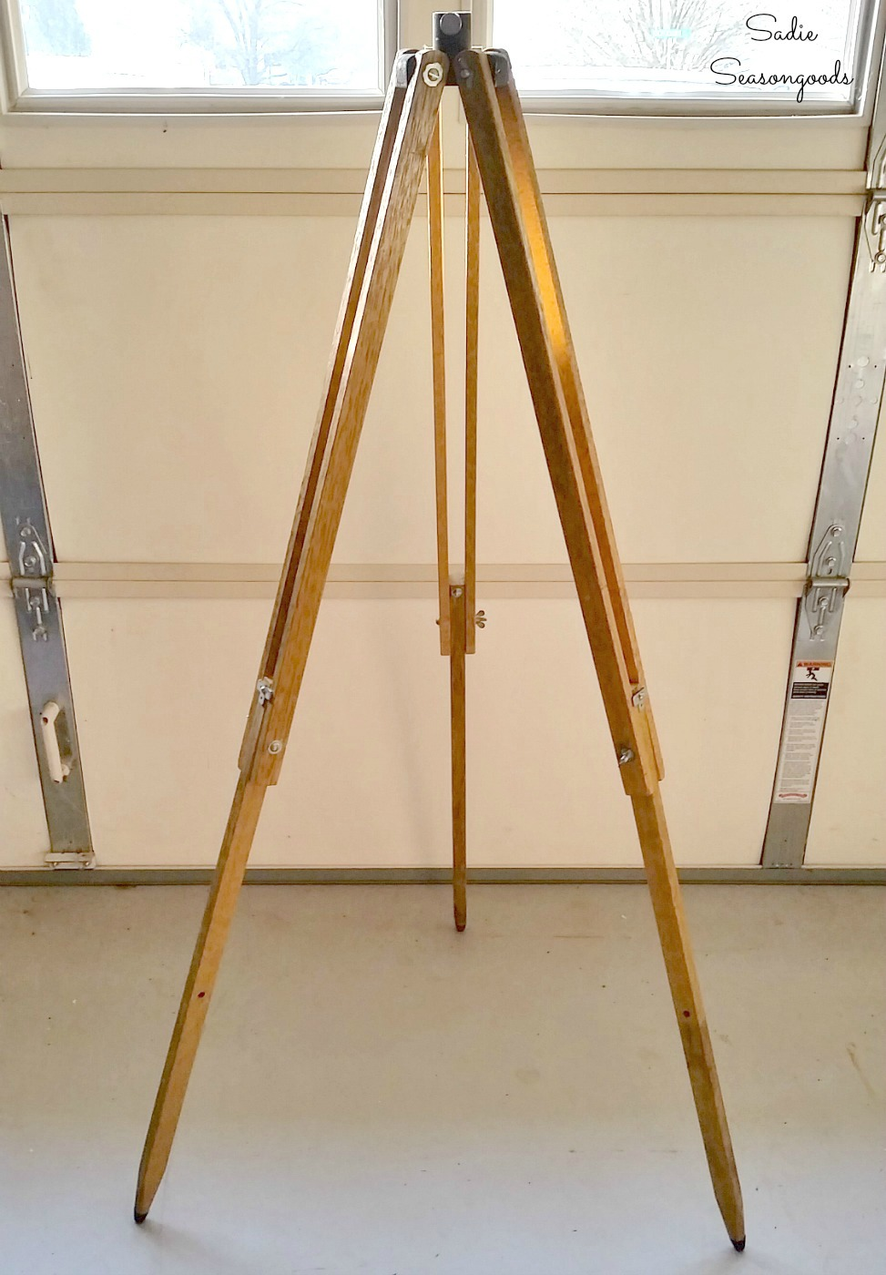 Upcycling a surveyors tripod into an industrial floor lamp or tripod lamp with lamp kit by Sadie Seasongoods / www.sadieseasongoods.com