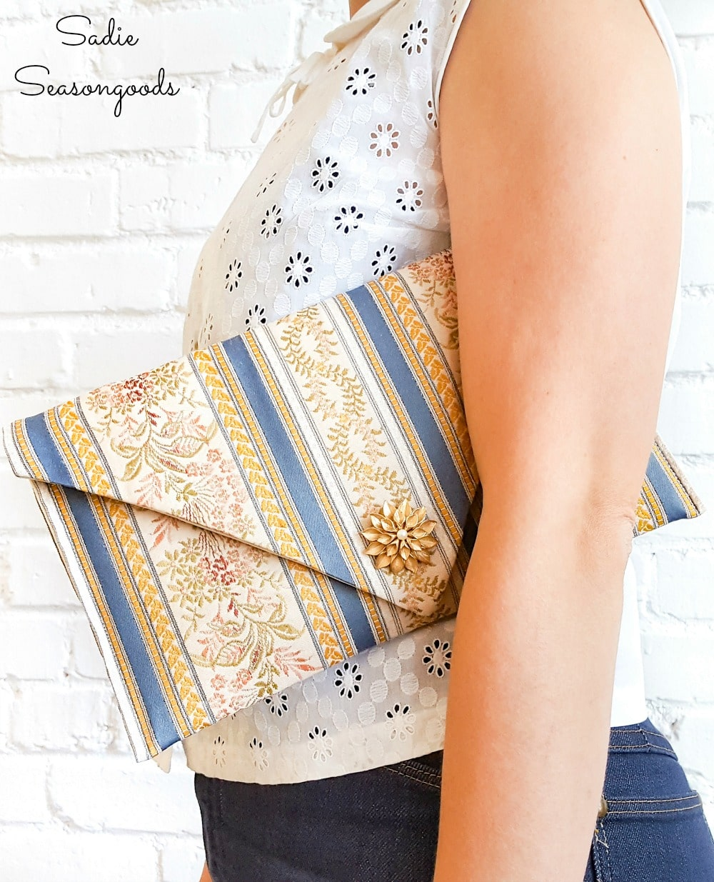 Envelope clutch pattern by refashioning a table runner