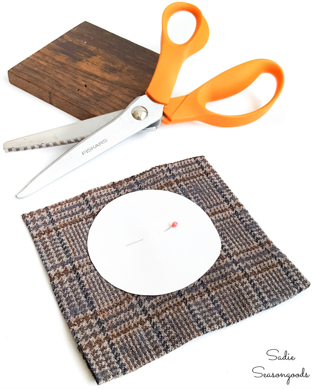 Decorating a wooden coaster set with tweed material