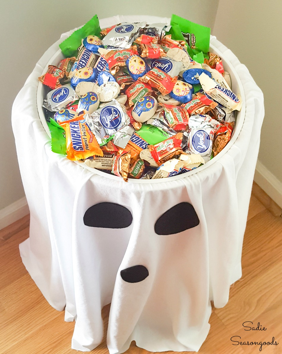 Easy trunk or treat ideas with a candy bowl holder