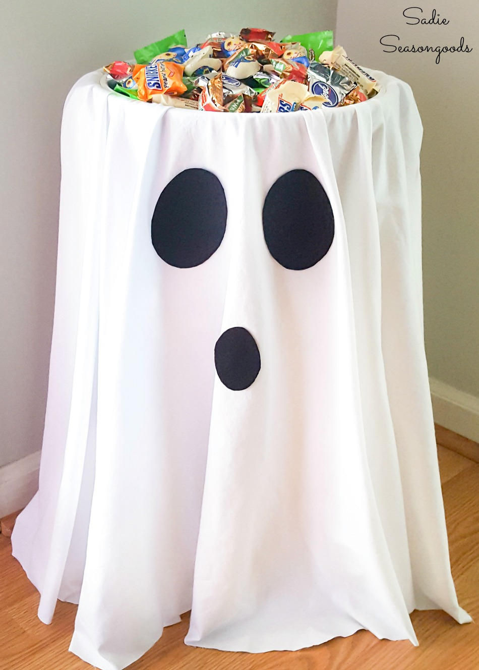 Halloween candy holder for trunk or treat and a no contact Halloween